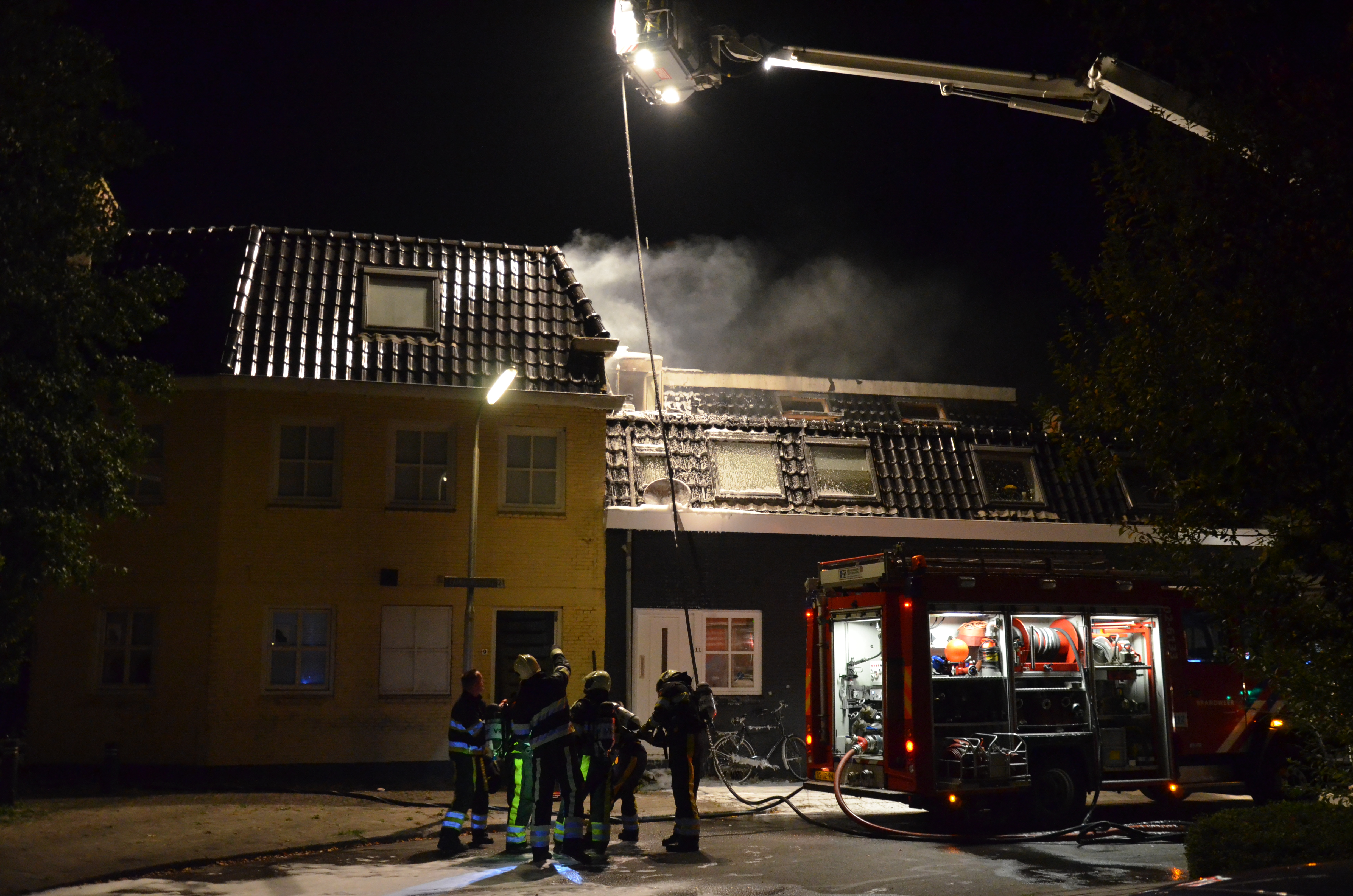 dak van woning in Leeuwarden zwaar beschadig na grote brand