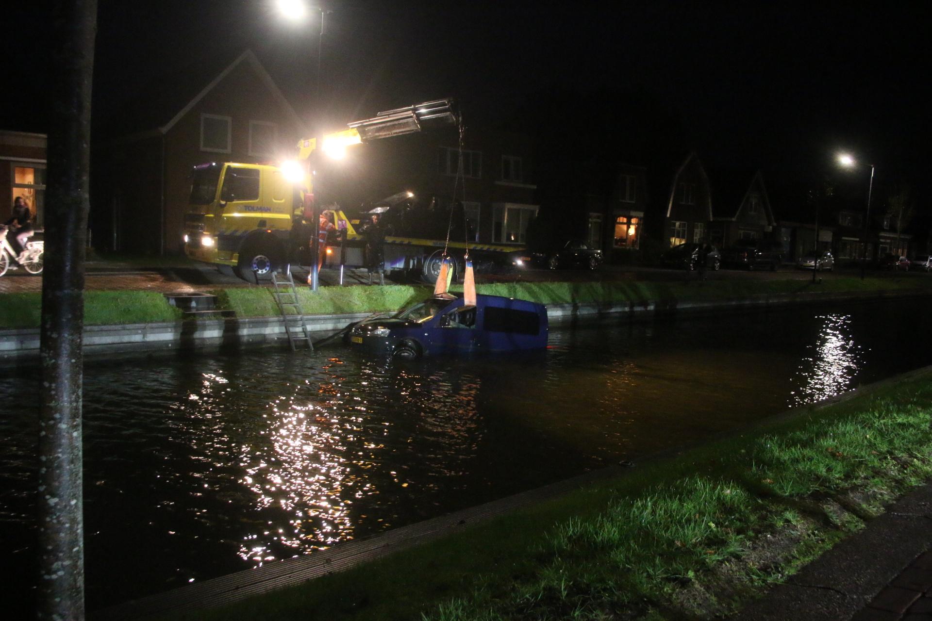 Video Zo veelste Auto te water in de Drachstervaart in Drachten
