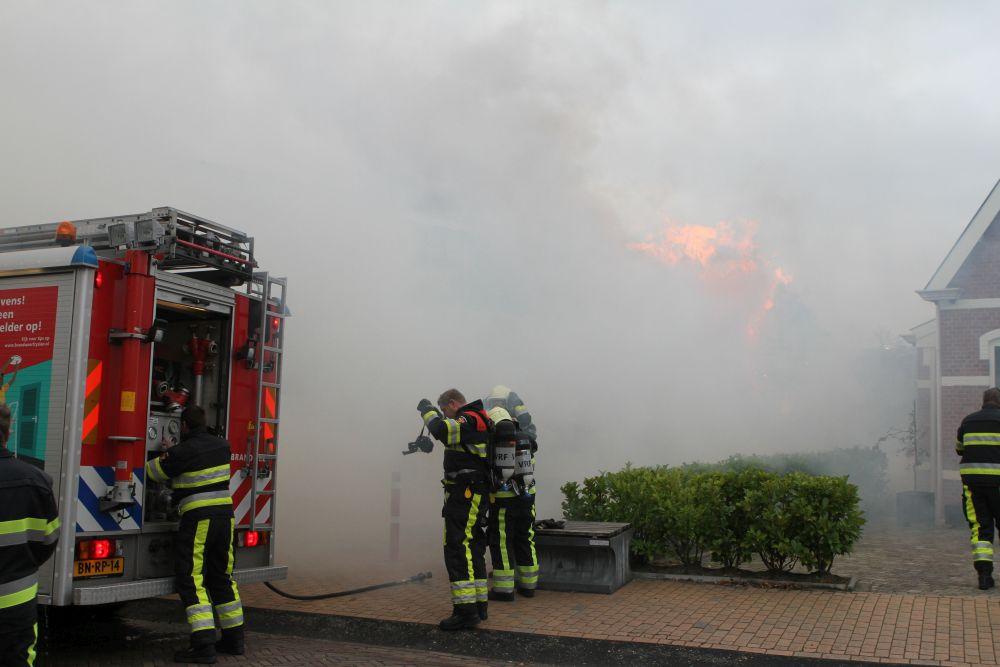 Flinke rookontwikkeling bij coniferenbrand in Surhuisterveen