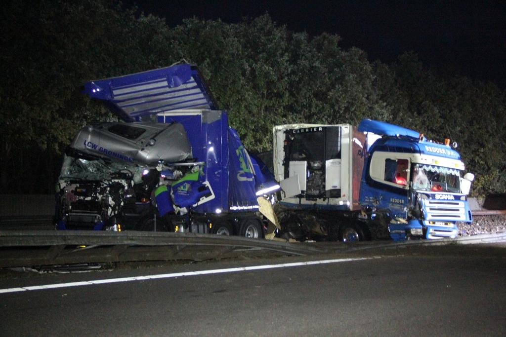 Ravage op de A28 bij Assen nadat meerdere vrachtwagens op elkaar botsten