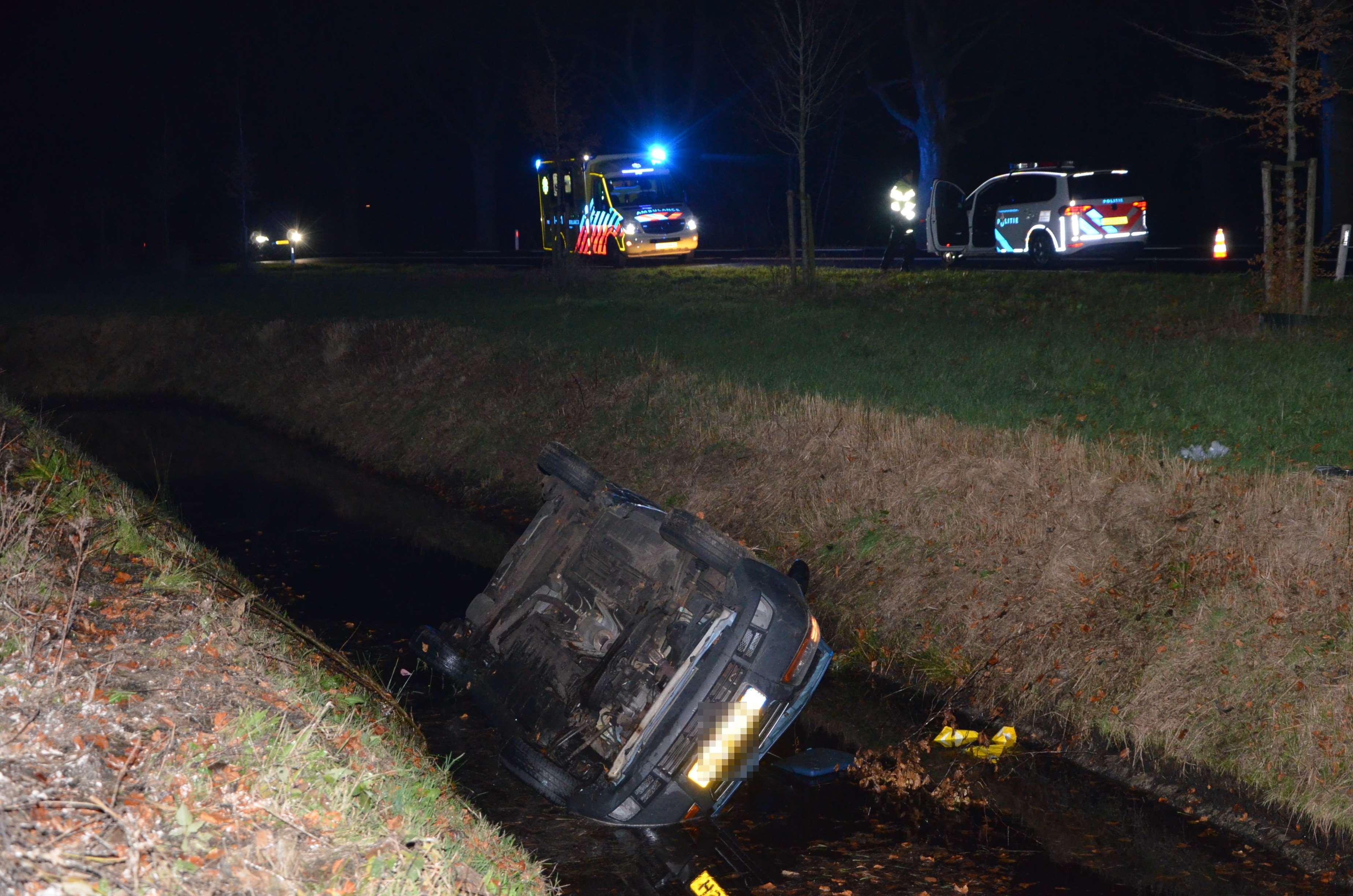 Auto raakt in sloot op de Kielsterachterweg bij Wildervank; bestuurster raakt gewond