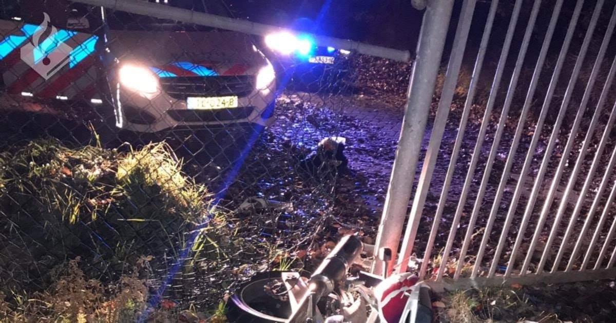 Vluchtende motorrijder botst op hek tijdens achtervolging in Drachten.