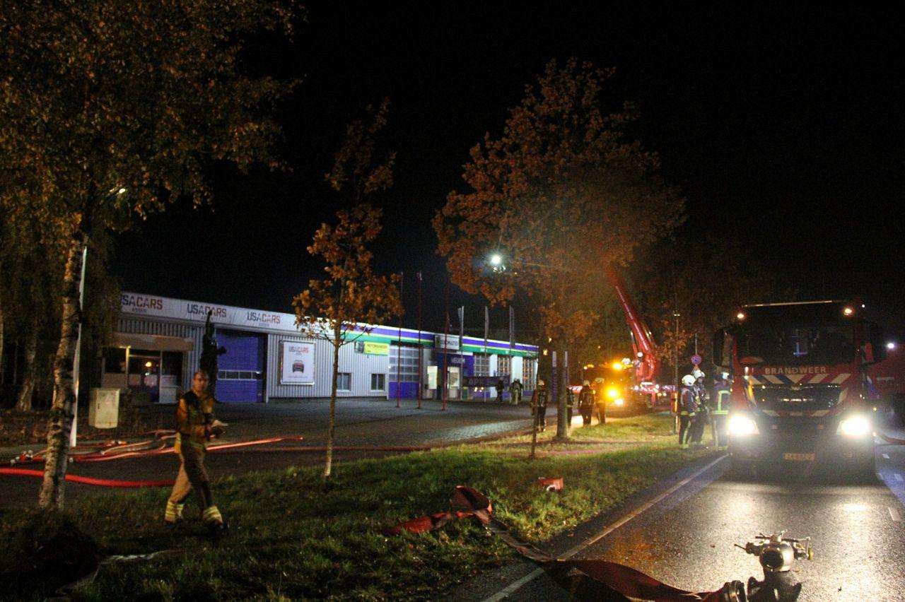 Grote brand bij een garagebedrijf USA Cars in Assen