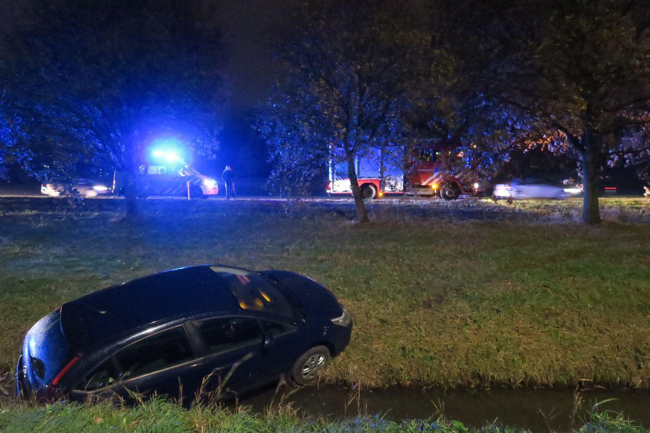 Auto raakt van de weg en beland in de sloot langs de waldwei bij Drachten