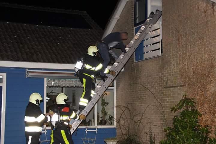 Brandweer redt bewoner bij woningbrand in Appelscha