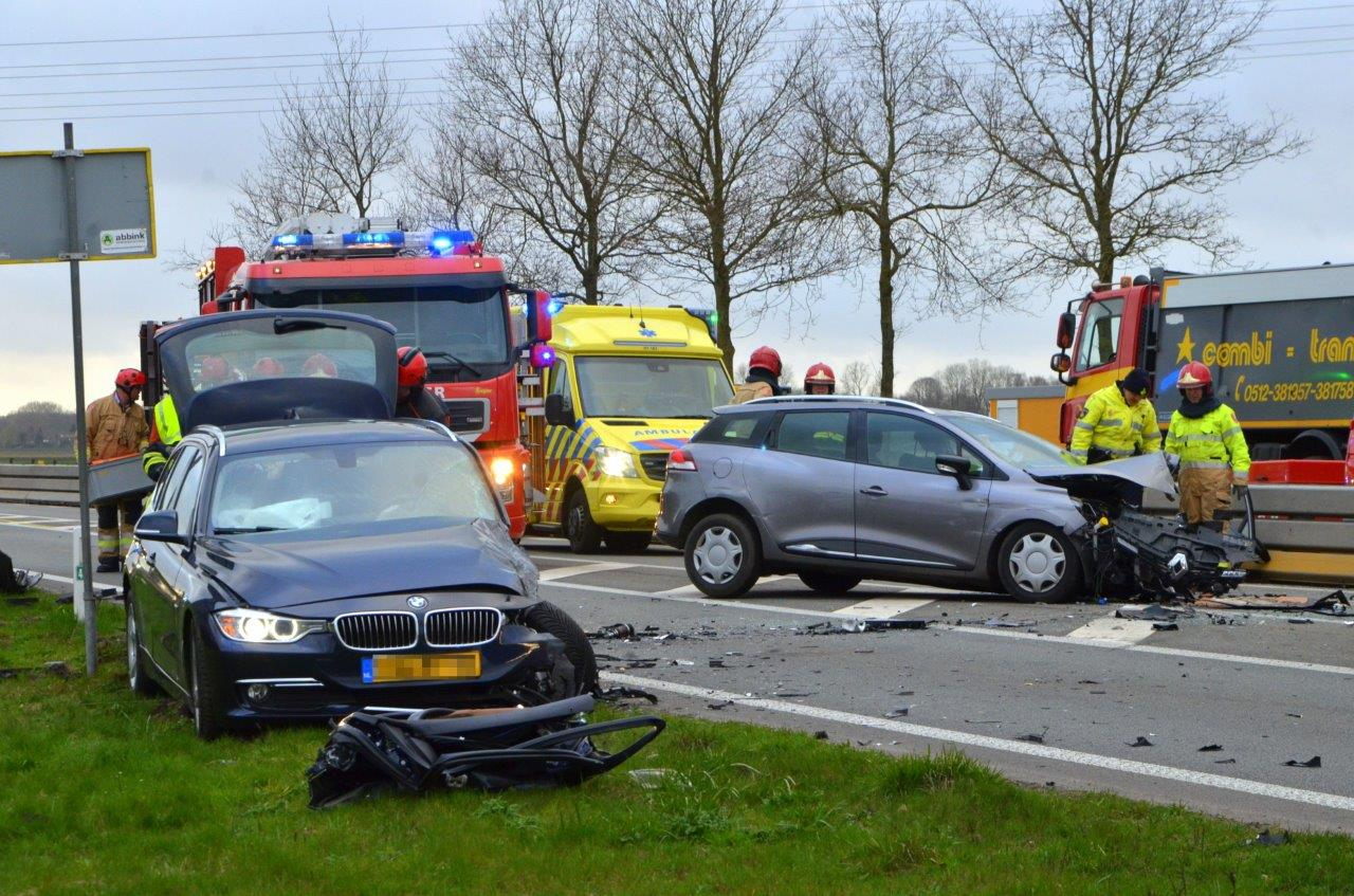 Gewonden bij frontale botsing op de N366 tussen Veendam en Nieuwe Pekela