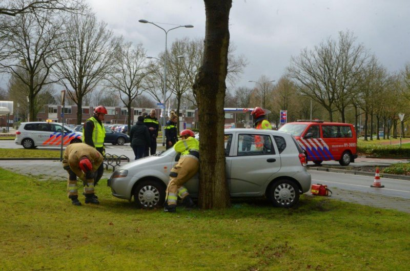 Automobilist vliegt uit de bocht en botst tegen boom in Veendam