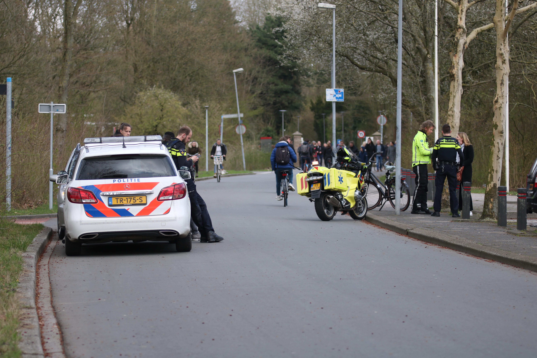 Auto en fietser komen met elkaar in botsing geen gewonde in Groningen