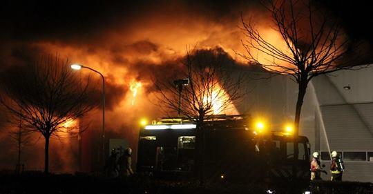 bedrijfspand verwoest door zeer grote brand in tynaarlo