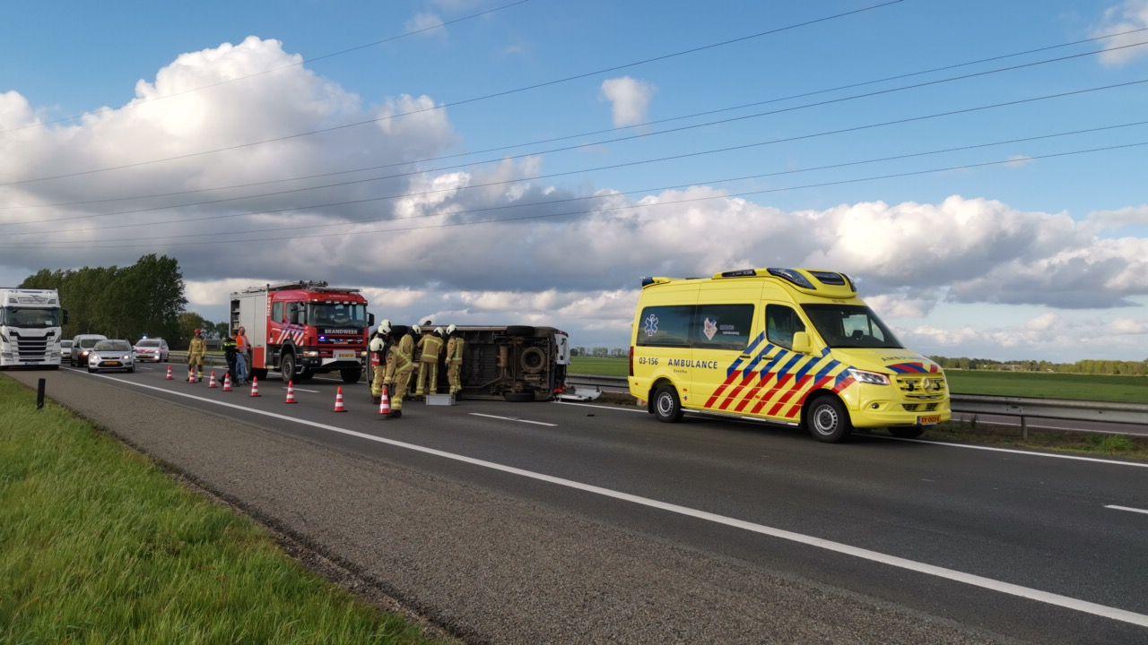 Bestelbus op zijn kant na ongeval op de A32 bij Meppel