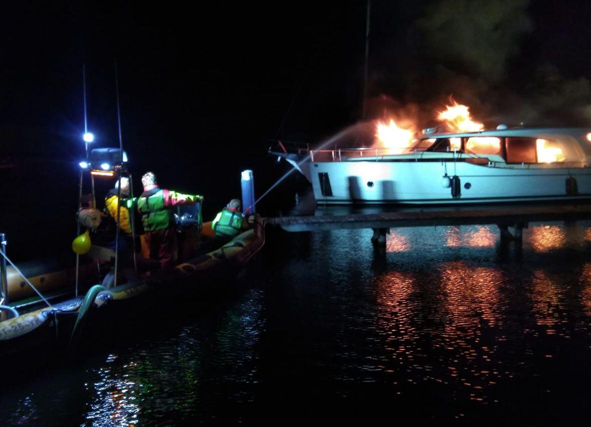 Vier Brandweerlieden gewond na explosie op een Boot in Sneek