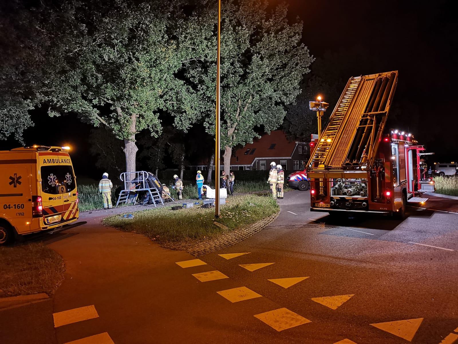 Automobilist zijwaarts tegen Boom in Steenwijk
