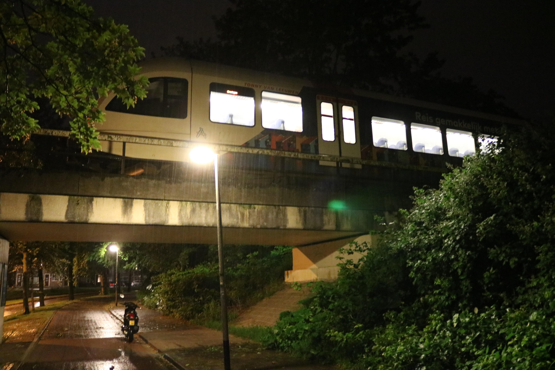 Trein botste tegen omgewaaide boom op het spoor in Groningen