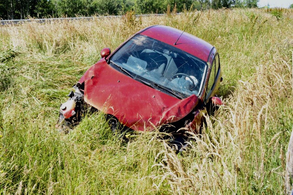 Auto raakt van de weg, bestuurder ongedeerd