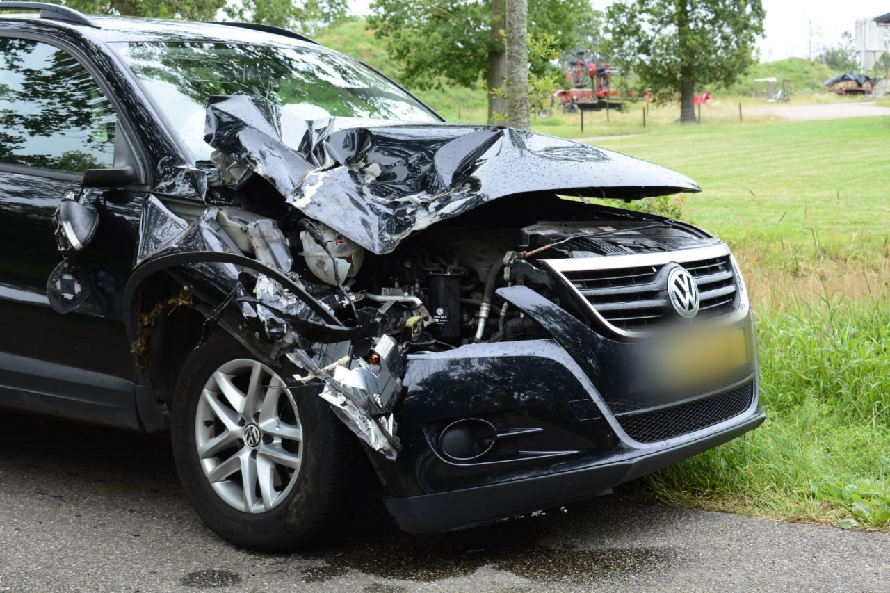 Auto zwaar beschadigd na botsing met tractor