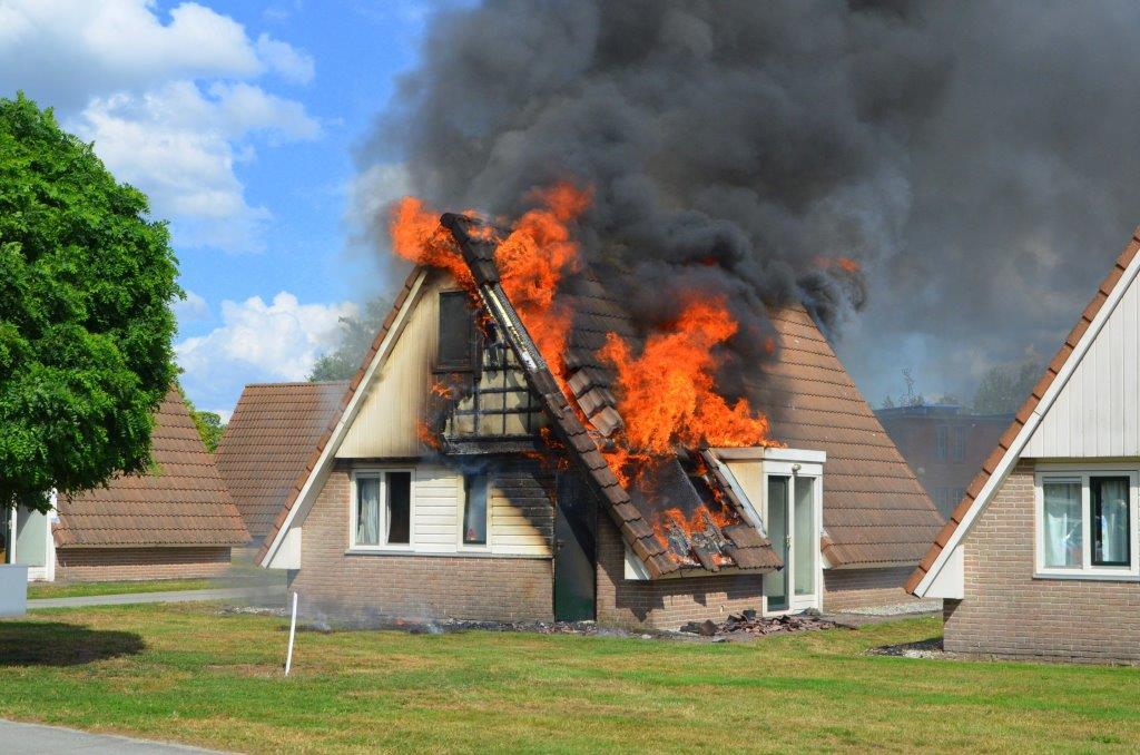 Uitslaande brand verwoest bungalow op bungalowpark Aqualande in Nieuwediep