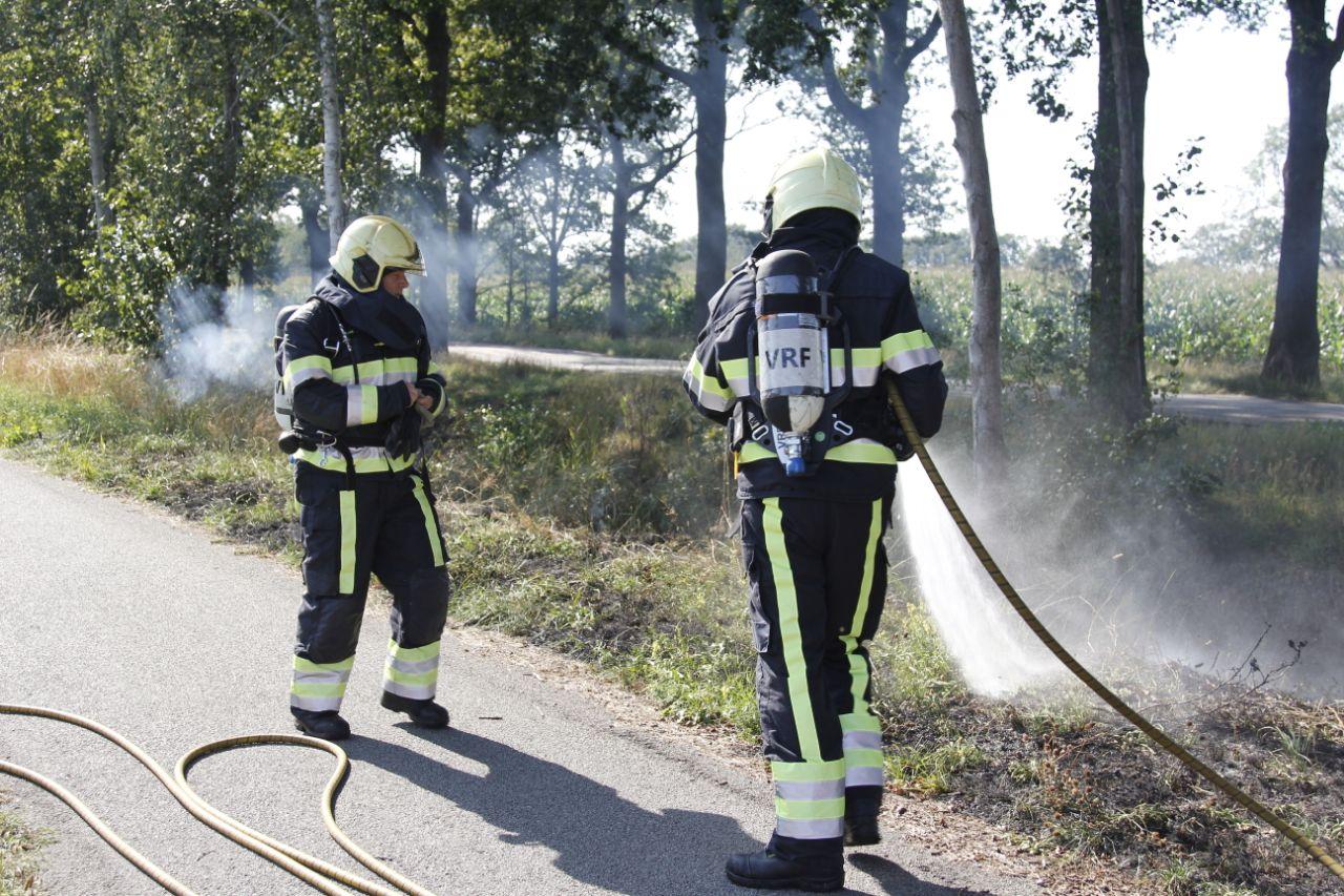 Voorbijganger ontdekt bermbrand en beld de brandweer