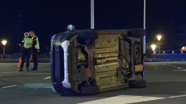 Auto gekanteld na aanrijding een persoon raakt gewond