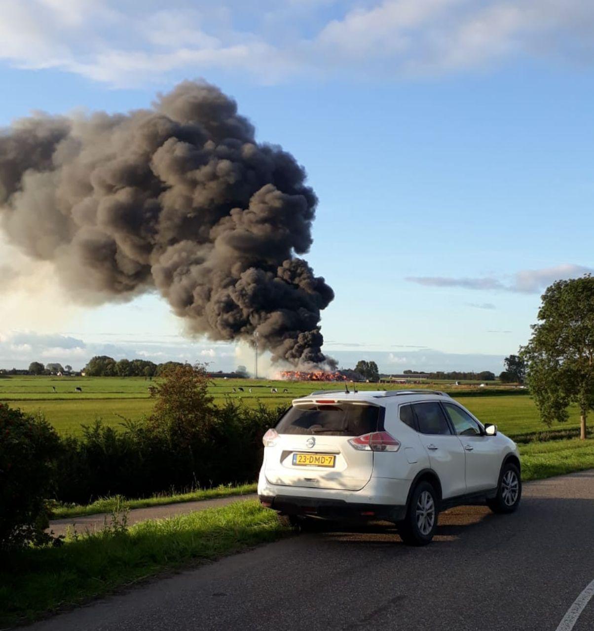 loods verwoest door grote brand in Munnekezijl