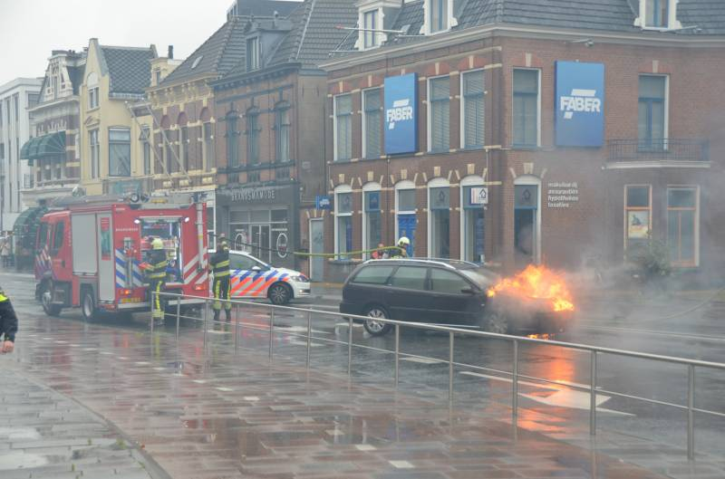 Video Auto verwoest door felle brand in Leeuwarden