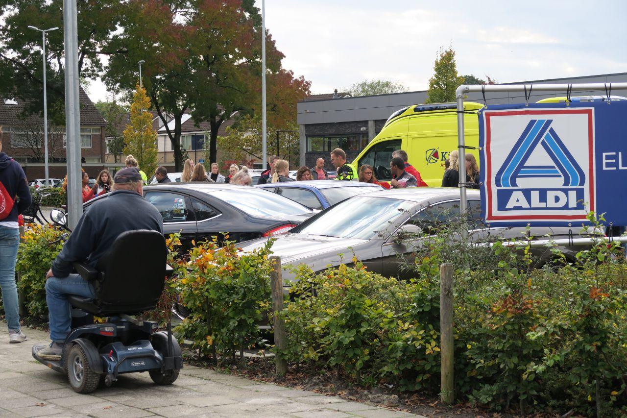 Vrouw raakt onwel en ramt meerdere auto's op de parkeerplaats bij de Aldi in Drachten
