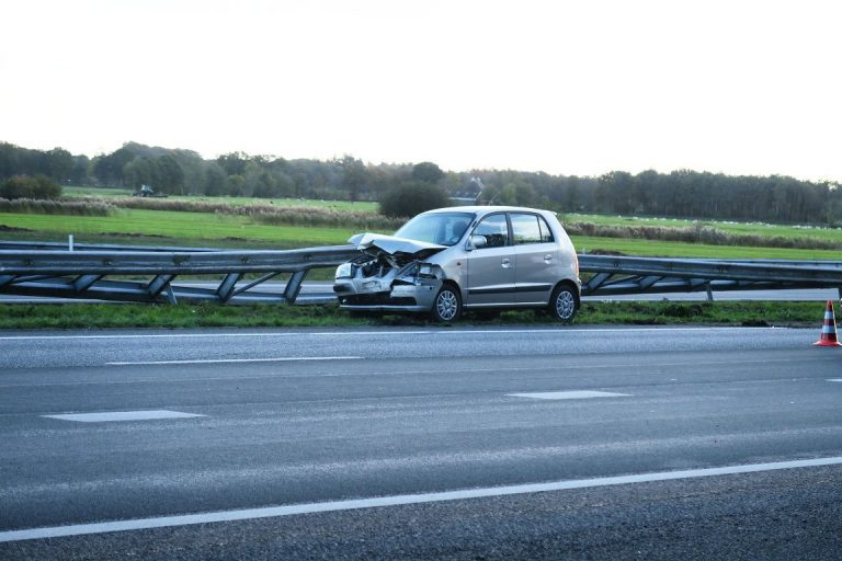 bestuurster botst tegen vangrail op de A7 bij Drachten