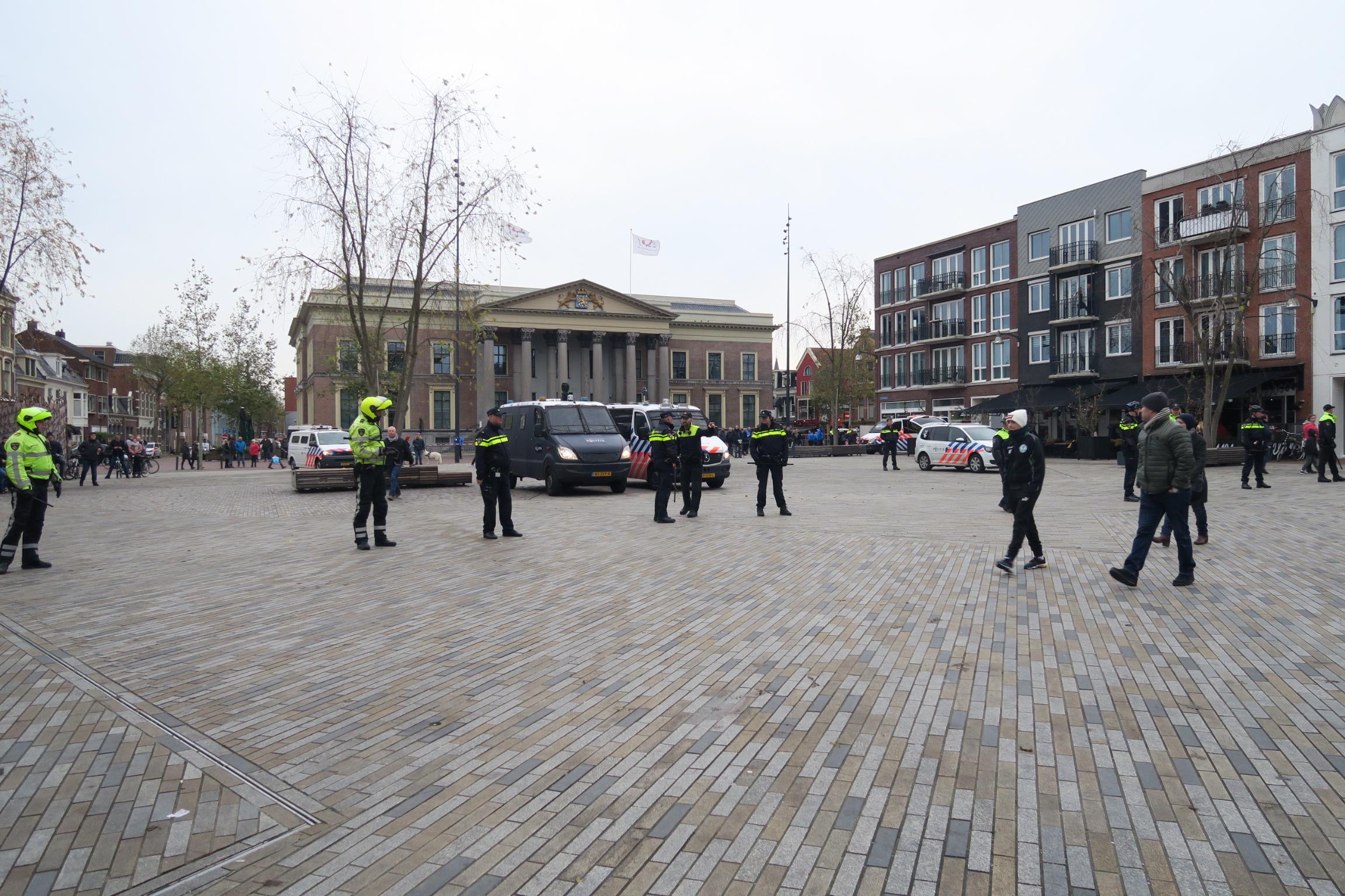 ME in actie tijdends demonstratie Antipietengroep bij Sinterklaas intocht in Leeuwarden