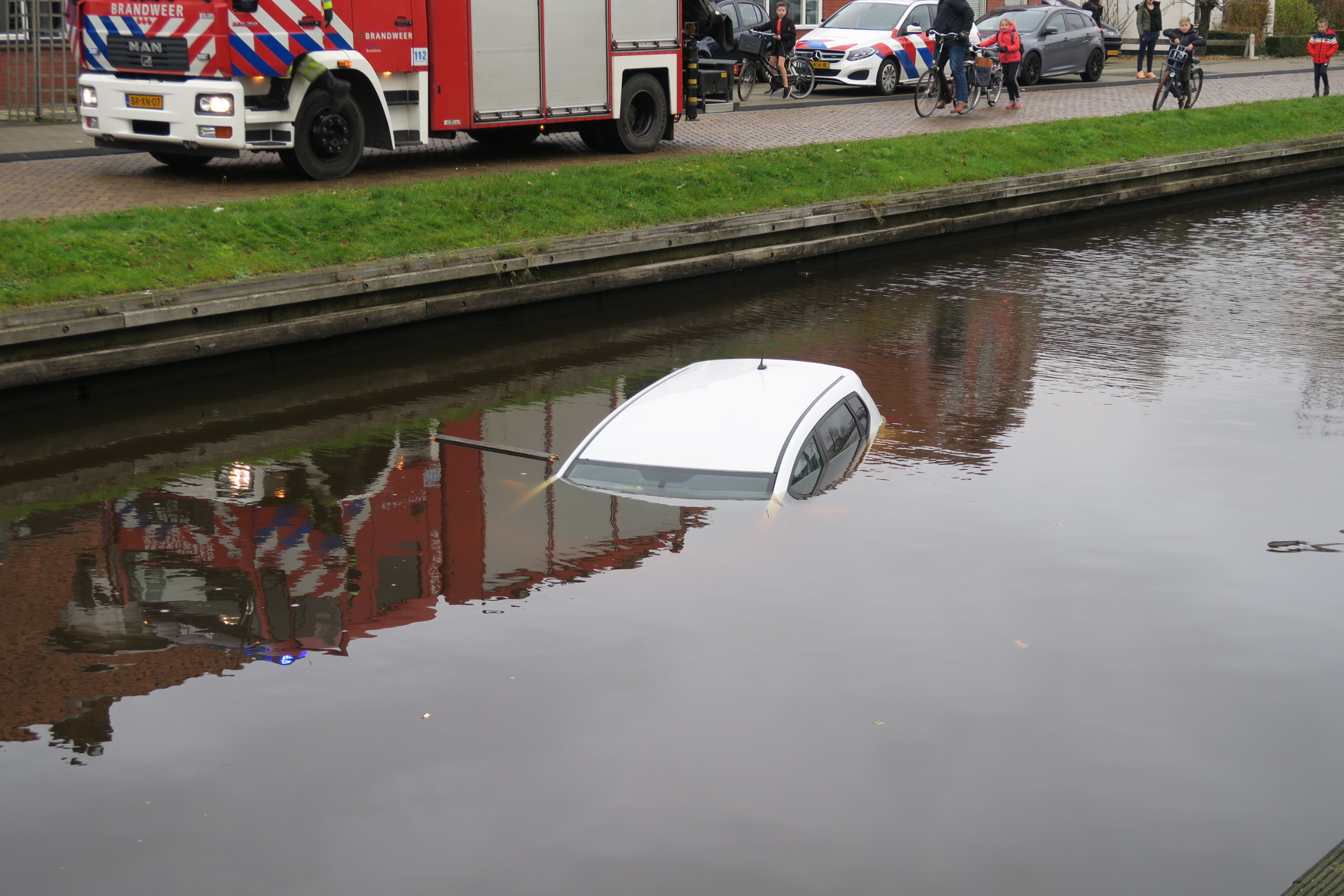Wederom Weer voertuig te water na vergeten handrem op het Moleneind