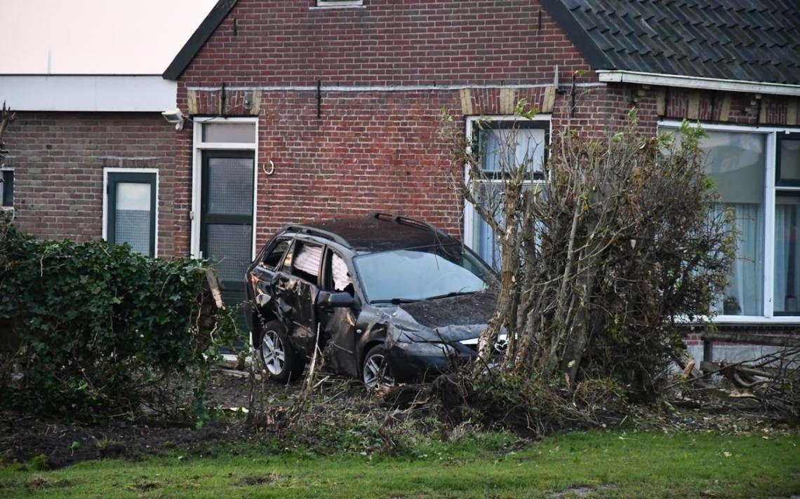 Automobilist vliegt uit de bocht botst tegen woning aan in Wijnaldum