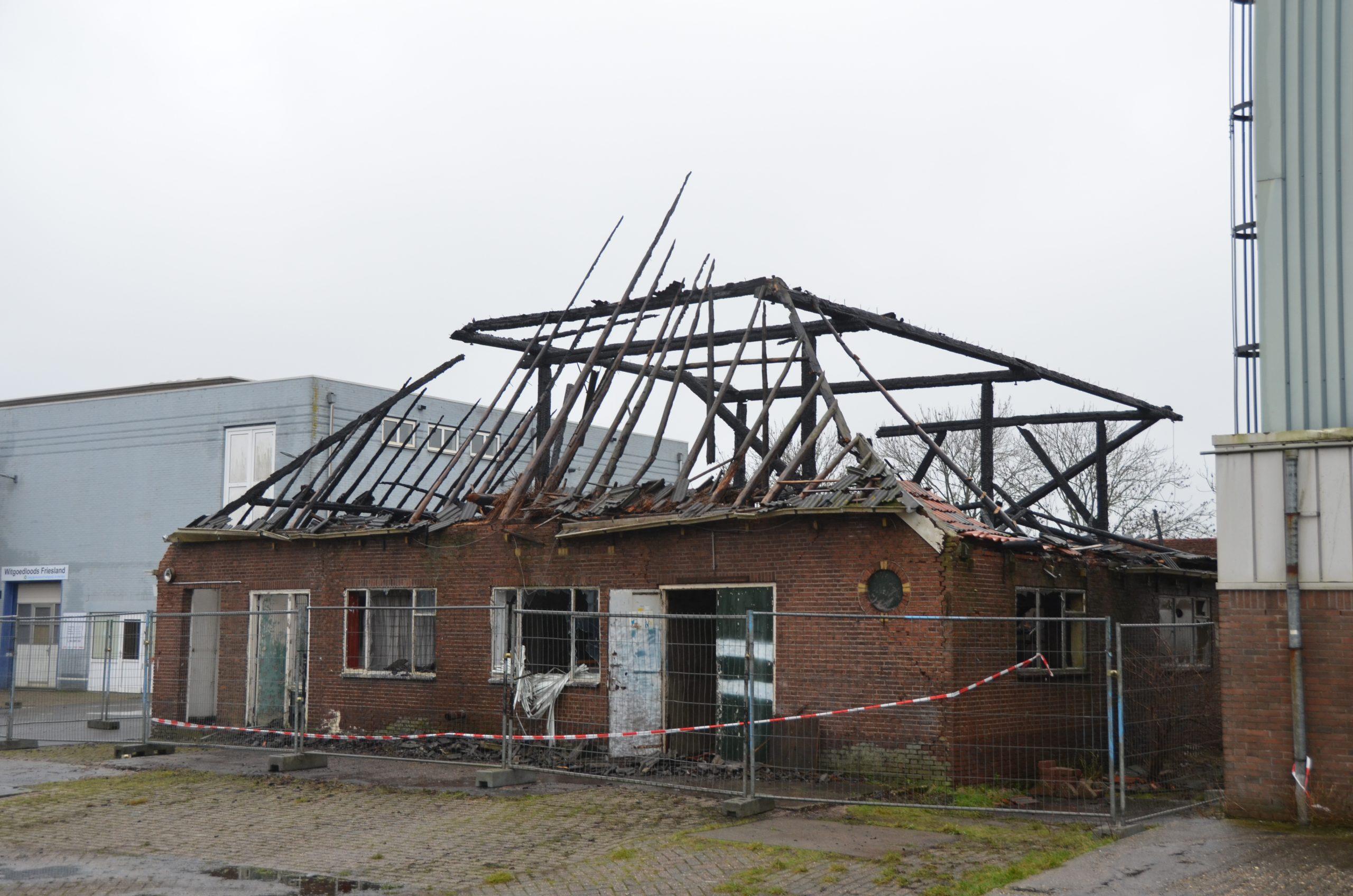 Dag na de grote uitslaande brand in een Leegstaande boerderij in Burgum
