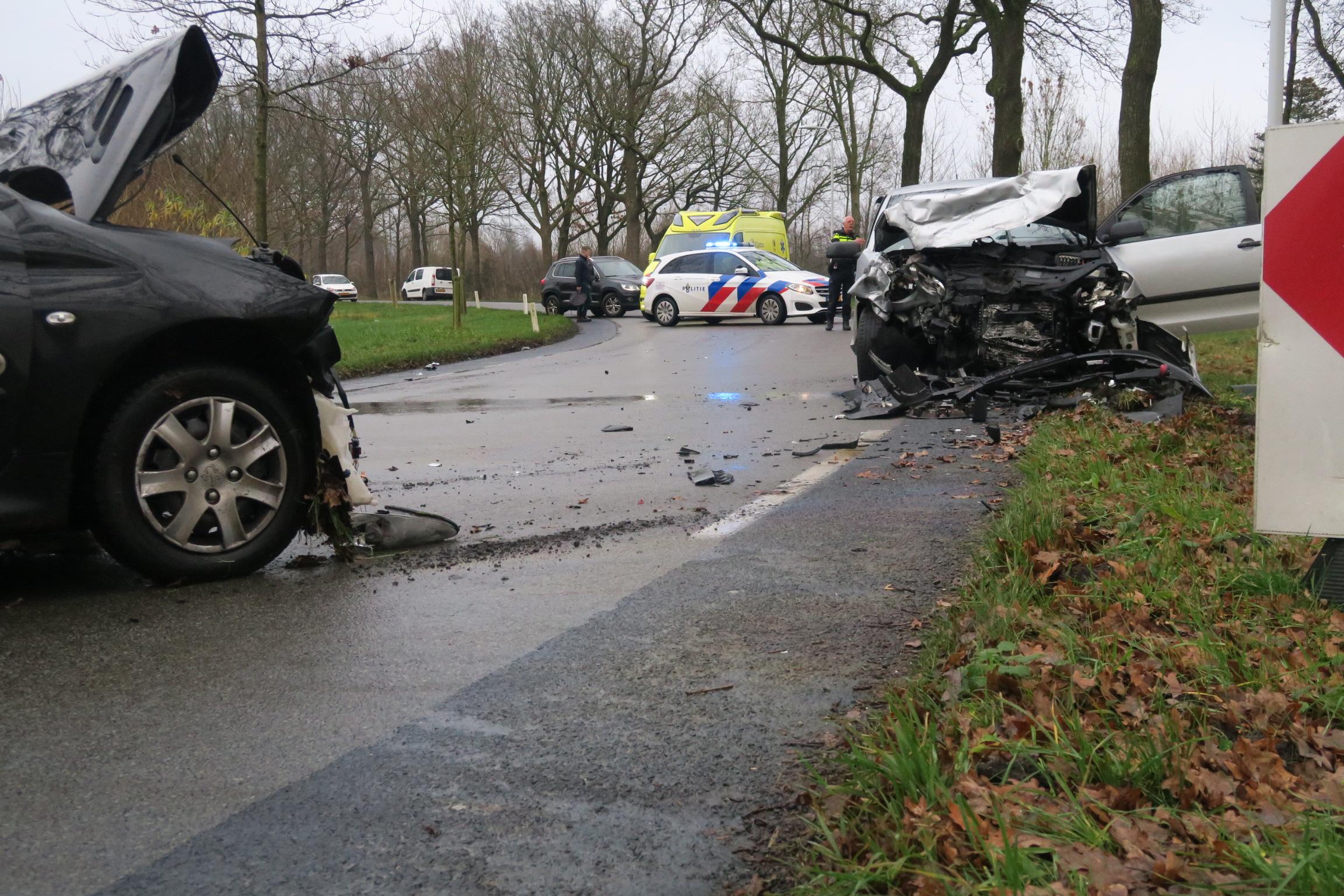Twee gewonde na Frontale aanrijding tussen twee auto's in Surhuisterveen