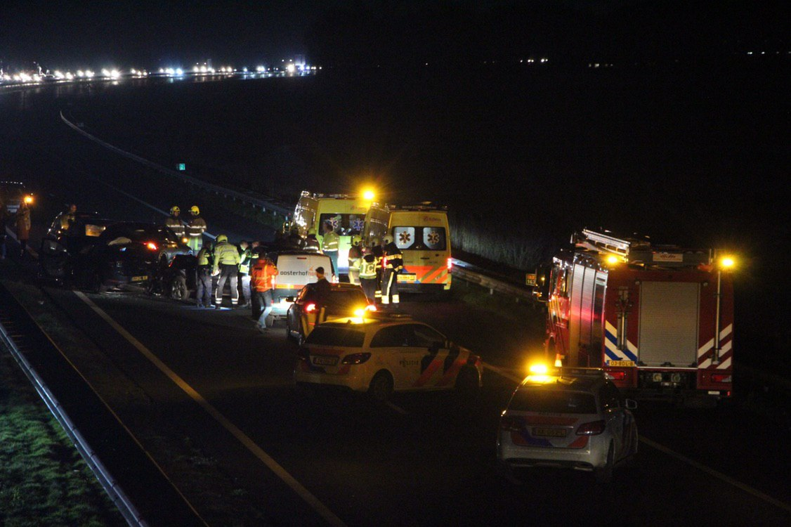 Twee gewonden na kettingbotsing op de A7 Bij Frieschepalen