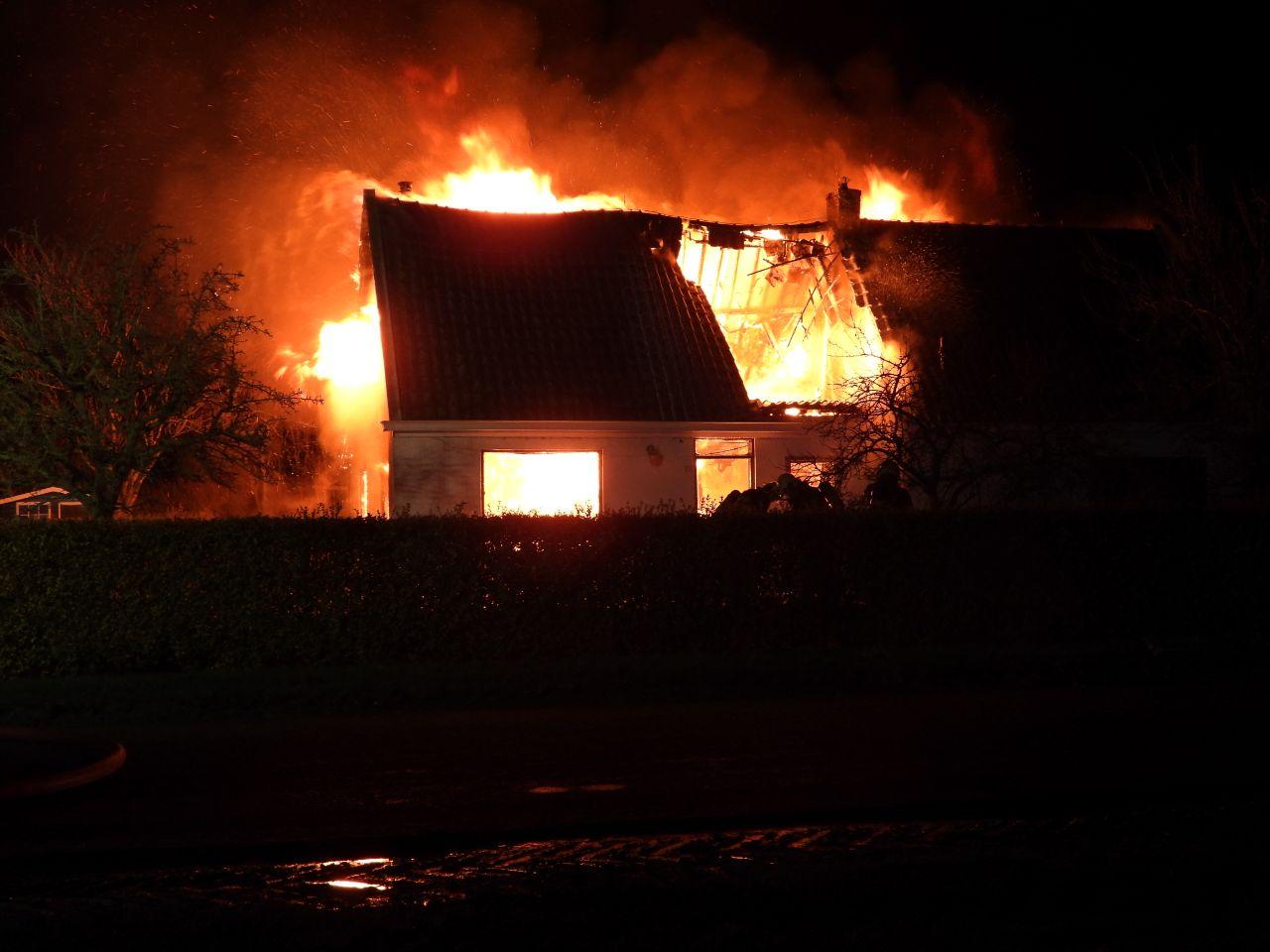 Woonboerderij verwoest door grote uitslaande brand in Sint Annaparochie