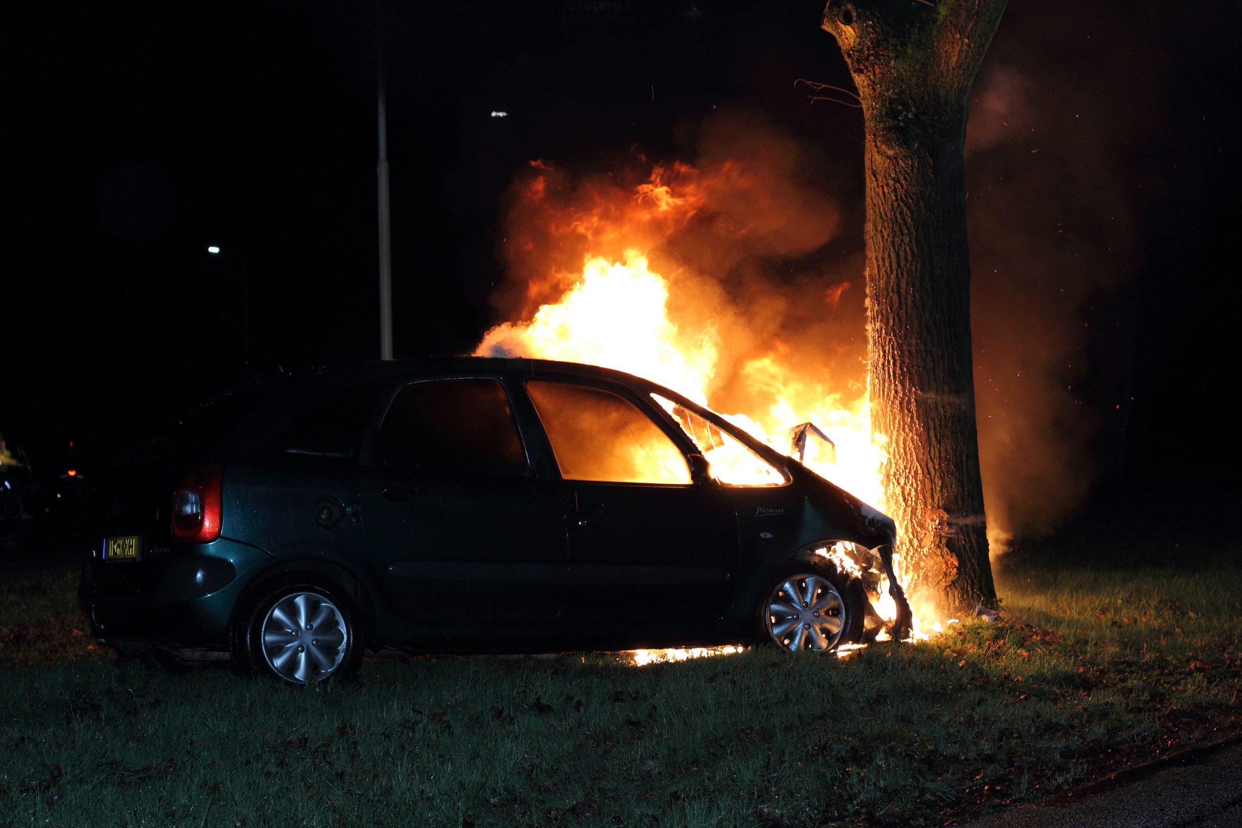 Auto vliegt in brand na eenzijdig ongeval een vrouw en twee kinderen raken gewond