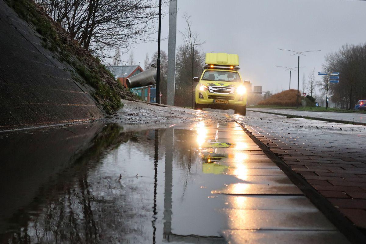 Video Veel Regen veroorzaakt sinkhole langs de talut onder waldwei bij Drachten