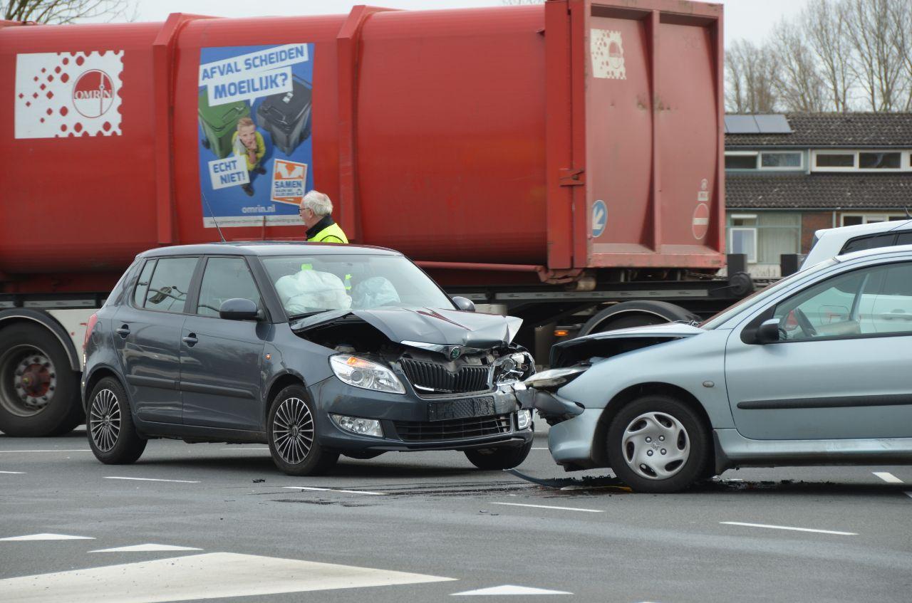 Bestuurder raakt gewond bij frontale aanrijding in Leeuwarden