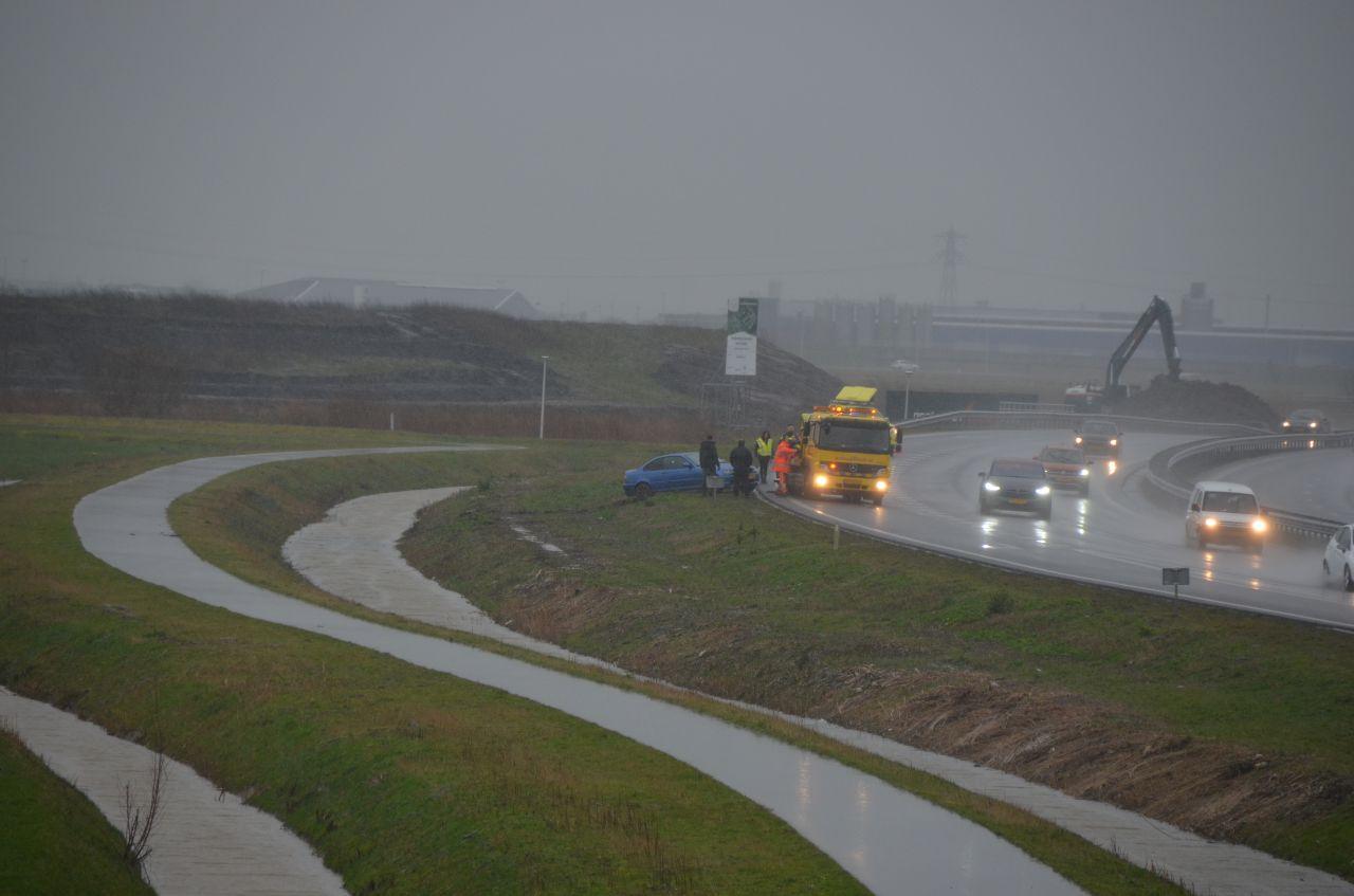 Auto beland naast de N31 bij Leeuwarden