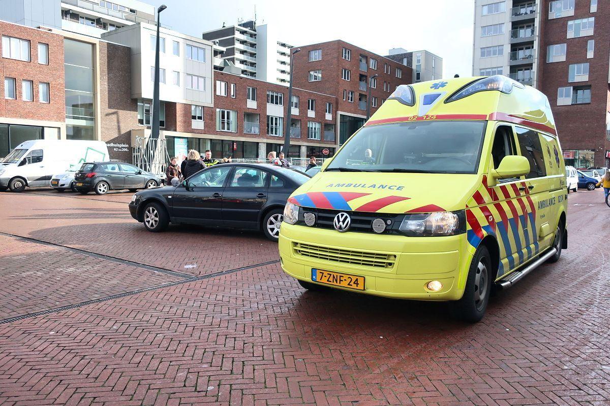 oudere man raakt gewond na aanrijding met auto op het Raadhuisplein in Drachten