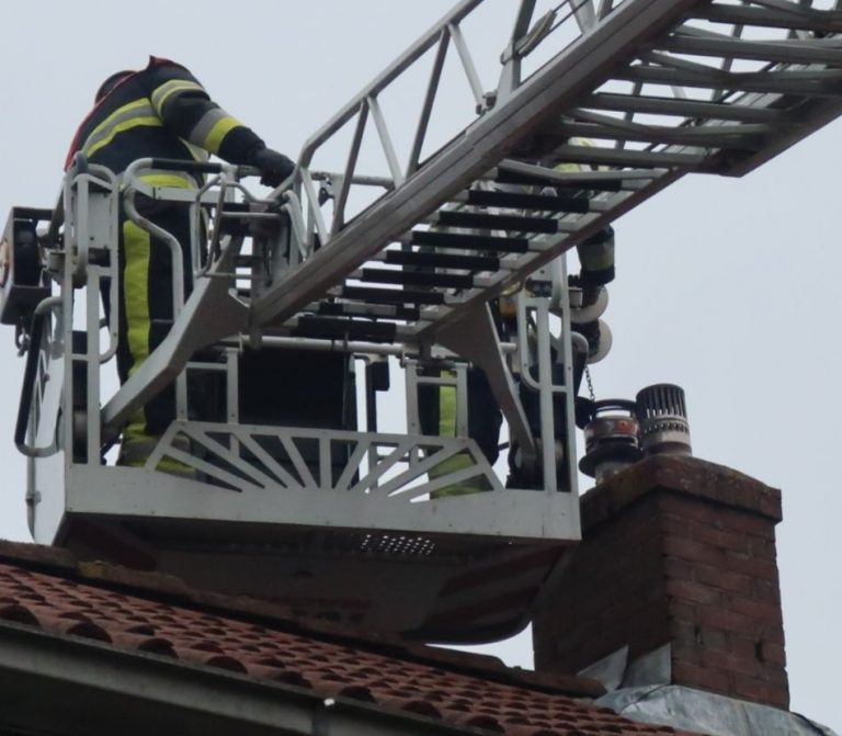 Brandweer inzet voor schoorsteenbrand aan de Nachtegaalstraat in Drachten