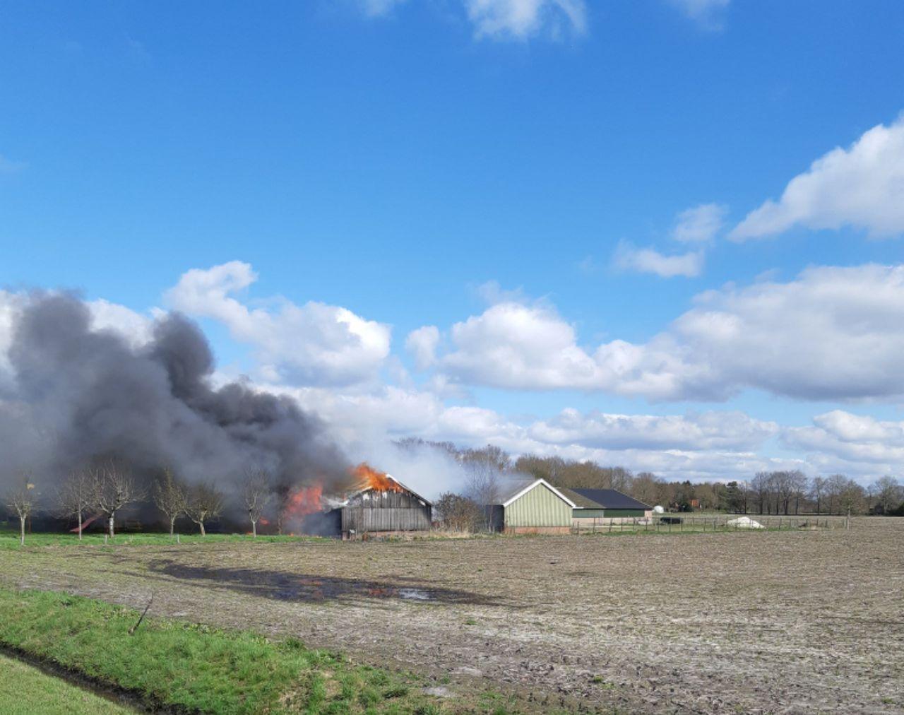 Update Schuur verwoest door grote uitslaande brand in Haule