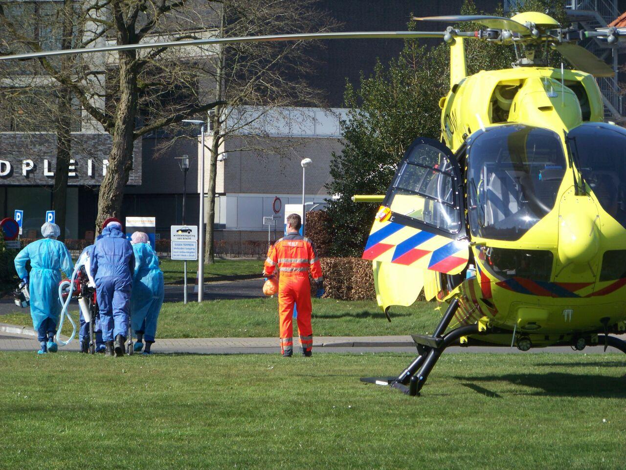 Eerste ingevlogen Coronapatient aangekomen bij het Tjongerschans in Heerenveen