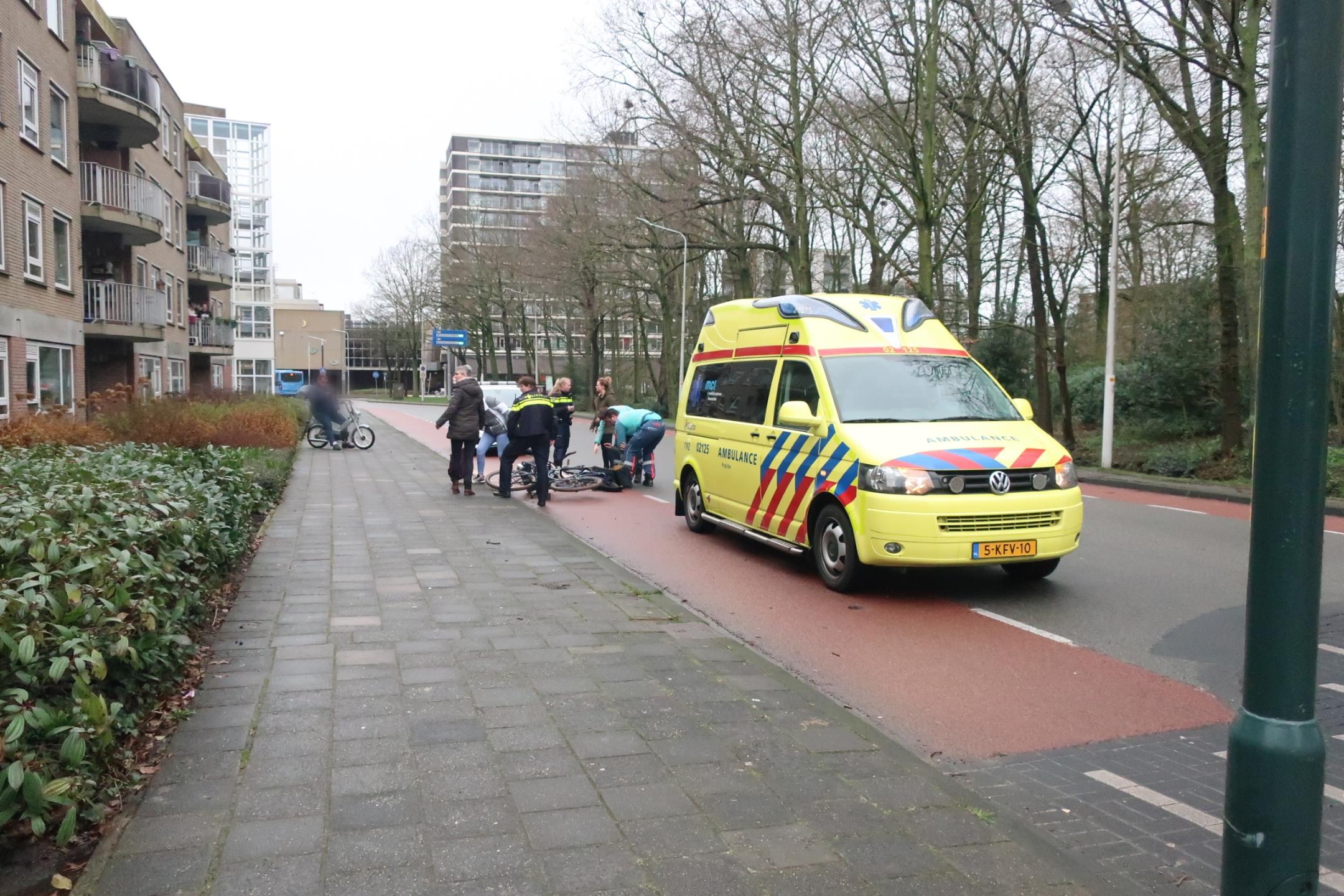 Twee fietsers met elkaar in botsing op de Berglaan in Drachten