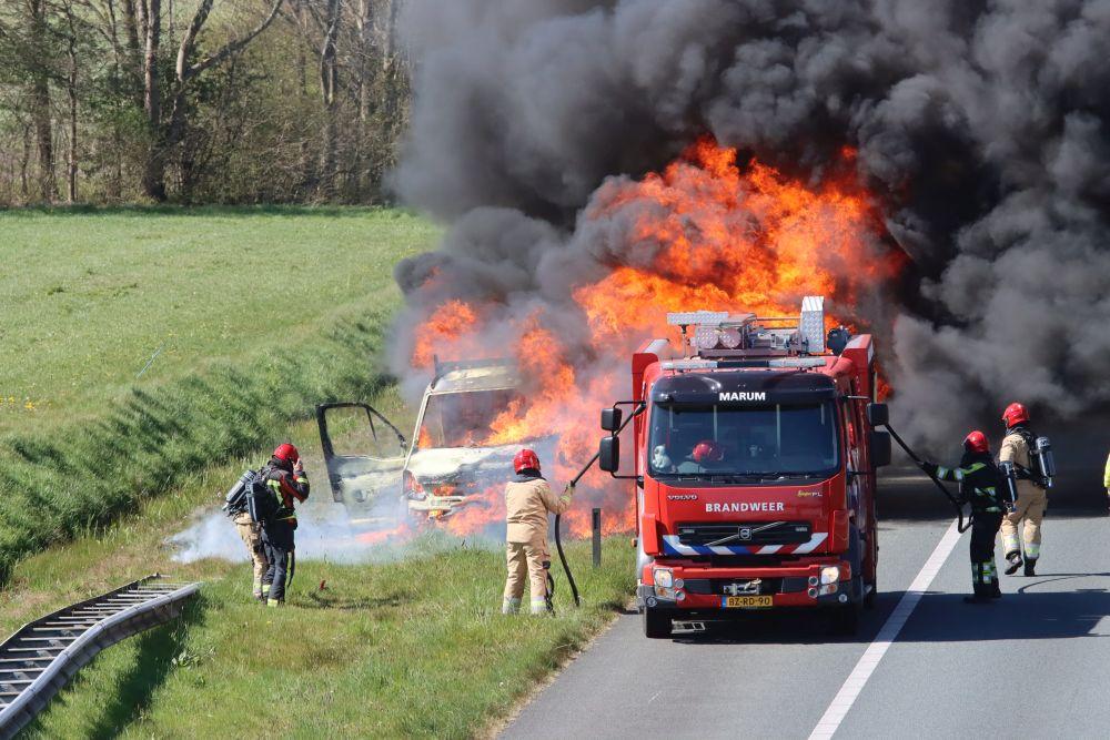 Bestelbus brand volledig uit op de A7 bij Frieschepalen