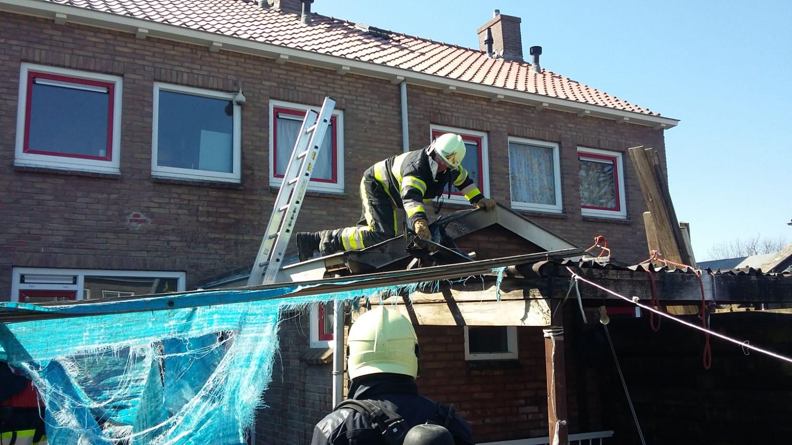 Buurtbewoners schieten te hulp bij schuur brand in Grou