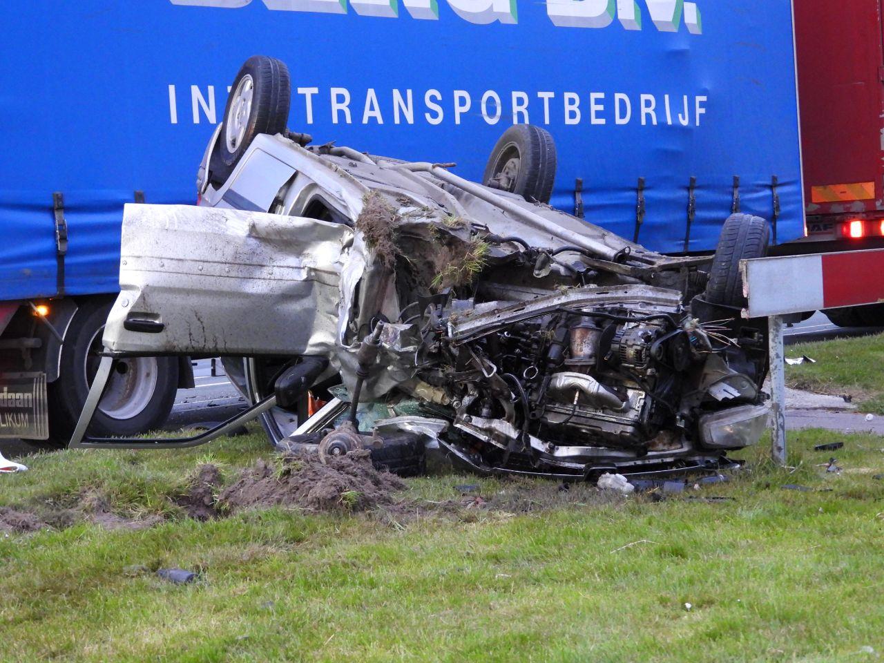 bestuurder raakt ernstige gewond na botsing met vrachtwagen in Hallum