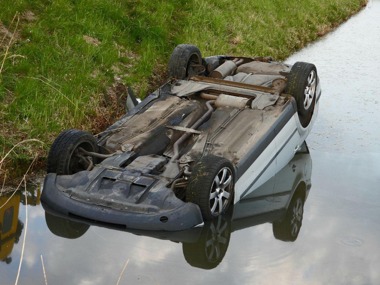 Auto met drie inzittenden belandt op z'n kop in een sloot