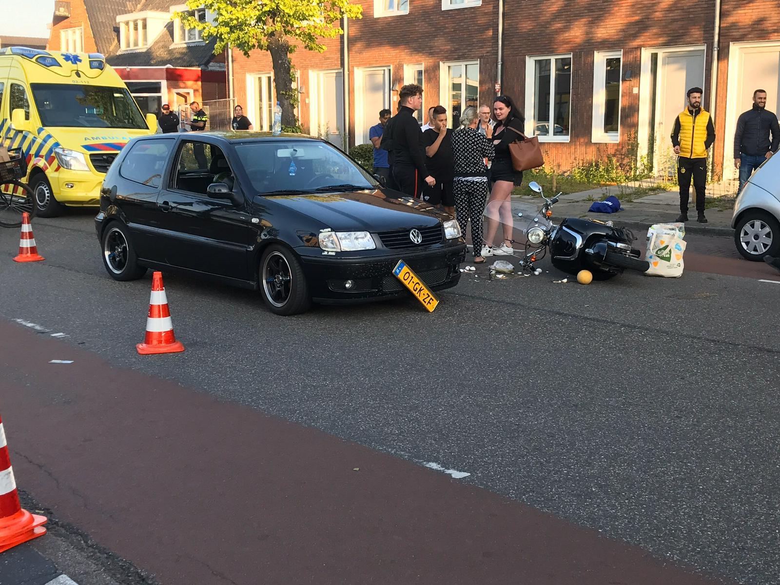 Scooterrijder blijft ongedeerd na Aanrijding met Auto