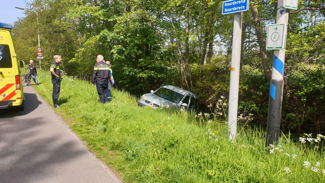 Oud echtpaar belandt met auto in sloot na eenzijdig ongeval bij Drachten