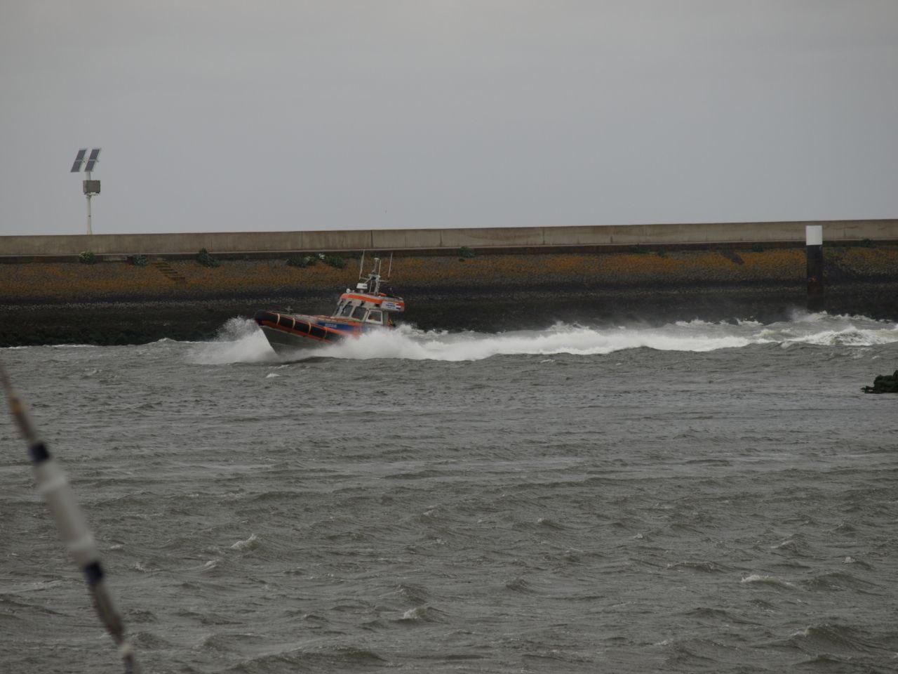Kitesurfer in problemen bij Harlingen.