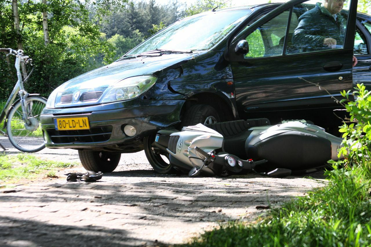 Scooterrijdster loopt beenletsel op na Aanrijding met Auto in Wijnjewouden